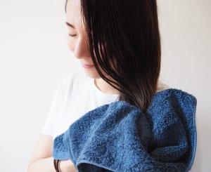 タオルドライは、髪をバサバサしないように頭皮を軽くこするようなイメージで行います。また、毛先はタオルで軽く握るように水気をオフします