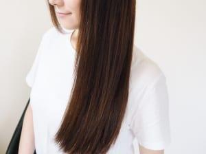 髪全体の8割ほどが乾いたら、上から下に髪の表面をなでるように風をあてて、手ぐしを入れいくとツヤのある髪に仕上がります