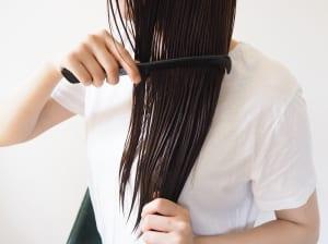 手ぐしで毛先中心につけて、上へと伸ばし、最後にクシで全体をとかし馴染ませていきます
