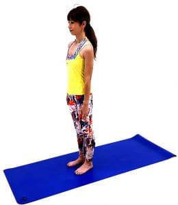 足を肩幅から腰幅くらいに開き、吐く息とともにお腹を腰に引き寄せ体幹を安定させましょう