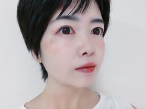 マスクで目元に視線がいくので、眉が暗い髪色と同じ色だと顔全体の印象が暗い印象になります。黒や濃いブラウンの髪色の場合は、ブラウンやバーガンジーといった髪色より少し明るめのアイブロウアイテムを選びましょう