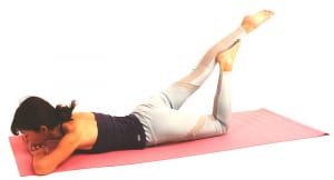 左ひざを床につけた状態で曲げ、左足裏(土踏まず等)を右のスネにつけます。右足はそのまま後ろに伸ばし、左足で支えます