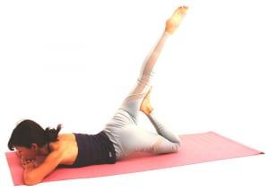 さらに右足を高く上げられる人は、左足を「スネからひざ」「ひざから太もも前側」といったように位置を変えてみましょう。そのままの状態で10呼吸ほど繰り返したら、元の位置に戻り反対側も同様に動作してください