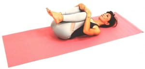 (3)が終了したら仰向けになり、両ひざを抱えてガス抜きのポーズで腰周りをゆっくりほぐしてください