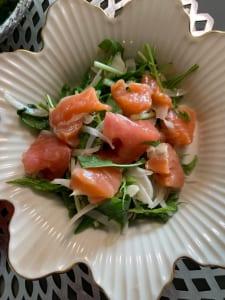 サーモンと新玉ねぎと水菜のサラダ