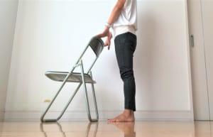 足の間をこぶし1個分ほどあけて、ひざとつま先の向きを前に向けます