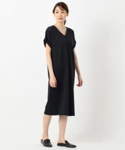 Tシャツのようにカジュアルなものでも、袖にデザイン性があればラフすぎずに着ることができます