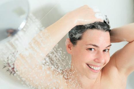 頭皮と髪の悩みを解消!?美容師が教えるシャンプー選びのコツ