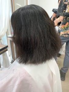 こちらの画像はBEFOREの状態です。髪全体に細かいうねりのあるエイジング毛で、乾燥も激しいため、毛先も広がりやすくなっています