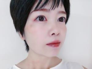 ライトブラウンのような明るい髪色の場合は、逆に少し暗めの色で眉を描くと落ち着いた印象になります