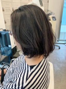 こちらがストカールを行った後の状態です。ストカールを施すとジリジリとした髪質がツルンとなめらかになり、表面のみにほどよいゆれ感が出て今っぽさのあるヘアスタイルになります