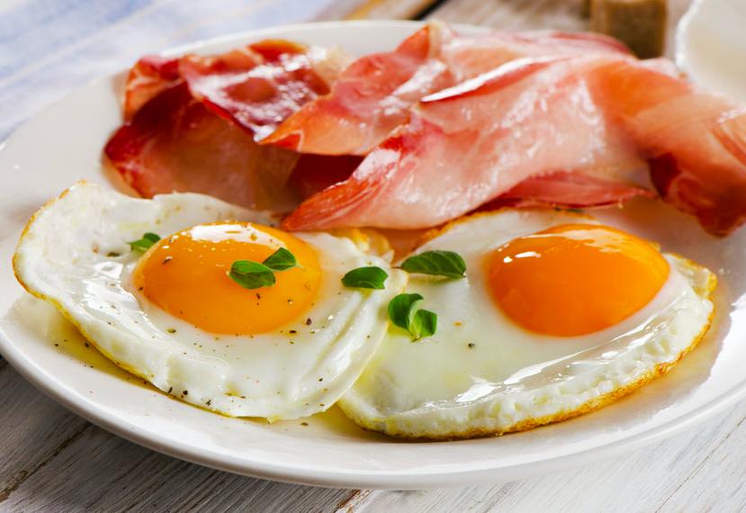 朝食は、たんぱく質(卵、魚、肉、大豆食品のうち、2種類以上を組み合わせて)を手のひら1杯分程度