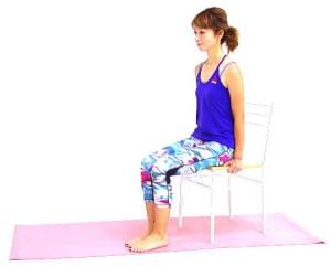 イス(キャスターのついていないイスやダイニングチェアなど)に浅めに腰かけ、両手をイスの淵にそえます。おへそは正面に向け、骨盤を立てます