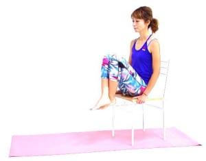 両足を交差させて、吐く息とともに両ひざをゆっくり胸の方に近づけます。吸う息とともにつま先を床に戻します。この動作を8回繰り返しましょう。この時、肩が上がらないように注意してください