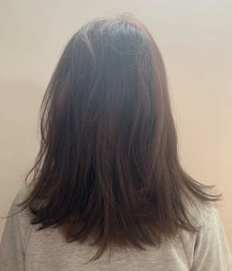 こちらの画像がBEFOREの状態です。中間部分にうねりが強く、毛先にはダメージもあるため広がっています