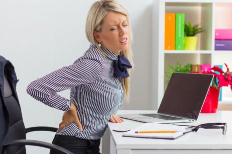 テレワークで腰痛に?腰の負担を和らげる対策&エクササイズ