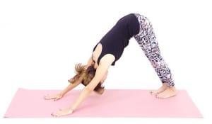 息を吐きながら両膝を床からはなして、身体で三角形をつくりましょう。目線は両足の間に向けます。この時、手のひらで床を前に押すようにするとお尻が後ろに下がり、首から背中、腰が気持ちよく伸びます