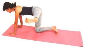 さらに左脚を横に伸ばします。かかとで見えない壁を押すイメージで脚を伸ばしましょう。かかとの位置は腰の高さをキープしてください。この時も、手のひらで床を押し、肩が前に出ないようにします