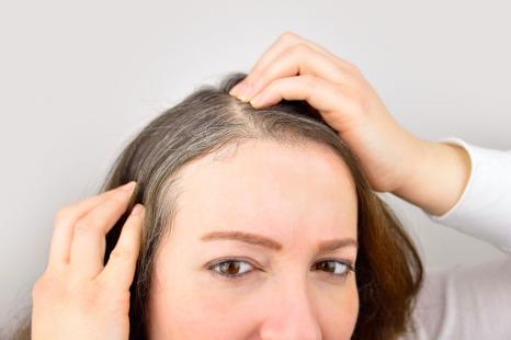 夏は白髪染めが褪色しやすい?白髪染めの持続力を高める方法