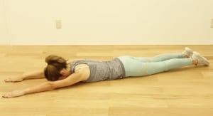 両手、両足を伸ばし、床にうつ伏せになります。この時、恥骨と骨盤で床を押すイメージで骨盤を安定させ、ドローイング(お腹を腰に引き寄せる)をします