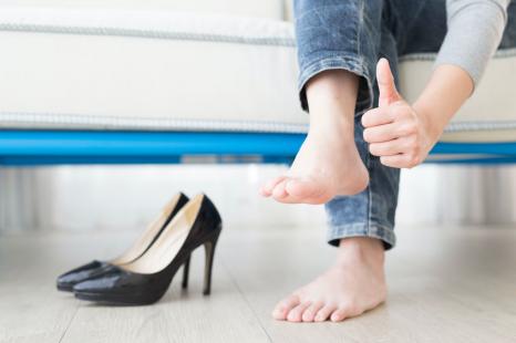 夏でも臭わない女になる!汗をかく季節の足と靴の消臭対策法
