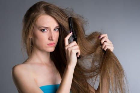 たるんだ毛穴が原因!?エイジングによる髪のうねり対策7つ