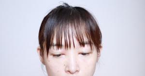 前髪以外をヘアクリップで留めて邪魔にならないようにします。そして、前髪を水でぬらします
