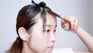 こちらはNG写真です。セルフカットに慣れていない人が指で髪を持って切ろうとすると、切りやすいように毛先をそらせて切ってしまったり前髪を持ち上げて切ってしまいやすいです。