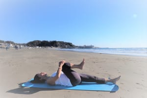 息を吸ってゆっくり吐きながら両手で右ひざを抱えます。反対の左足は伸ばしておきます。このままゆっくり5〜10呼吸繰り返しましょう