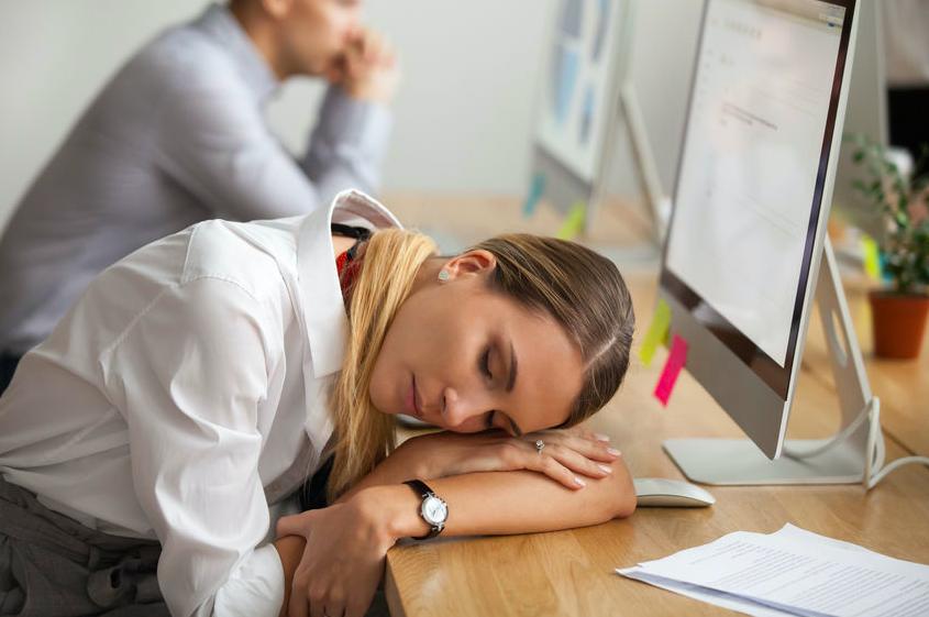 午後の作業効率アップ!すっきり目覚める仮眠の方法
