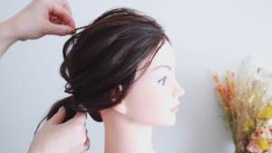 そのため、髪をまとめる時は分け目を気にせずに、ブラシでオールバックにとかしてからまとめましょう。こうすることで、トップの毛束を引き出しやすくなりますよ
