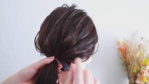 まとめ髪にする時は、ブラシを使って髪の表面をきれいに整え細かく毛束を引き出すと、毛流れに合わせて適度に毛束を引き出せるのでバランスのとれた仕上がりになります