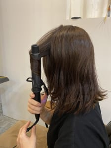 そして、中間部分を巻きます。頬骨の位置辺りにボリュームが出るように巻くと、ひし形のシルエットになりメリハリが出て、あごラインをすっきりさせることができますよ。