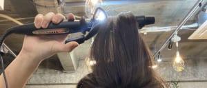 次に、トップの部分です。少しずつ毛束をとり、後ろにワンカールをつけます