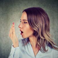 40代以降の口は臭い?大人の口臭の原因と対策