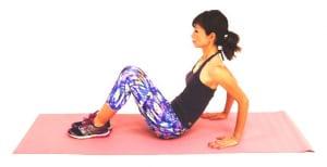 床に腰を下ろし、体育座りのように膝を立てて両手を後ろにつけます。この時、坐骨(お尻の骨)から頭の先が遠くはなれるイメージで背筋を伸ばします