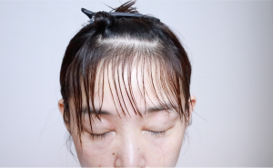 前髪を半分に分けて上半分をヘアクリップで留めておきます