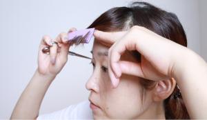 上半分をおろしたら、クシでとかして(3)で切った前髪と同じ長さに切ります。</p> <p>この時のポイントは、クシで前髪全部をすくい額から指2本入るくらい持ち上げ、(3)の長さに合わせて長い部分を切ります