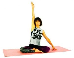 床に座ります。腰が反り過ぎないように、吐く息と共にお腹を腰に引寄せて姿勢を整えましょう