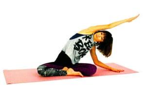 吐く息と共に上半身を左側に傾け、右の脚の付け根から腰回りとわき腹をゆっくりとストレッチングしましょう。上半身を真横に倒し、左胸が床に向き過ぎないように徐々に両胸を正面に向ける意識で脇腹を深く伸ばします