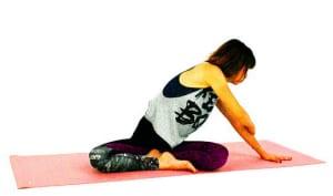 右手で左腕をつかみ、右の腰回りを横に開くようにストレッチを深めます。腰に違和感を感じたら無理にすでを深めようとせずに、10呼吸キープしましょう