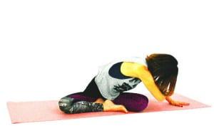 さらに目線を左床へと向けて、右臀部から腰、背中、肩甲骨周辺を横に伸ばすイメージで10呼吸繰り返しながらストレッチを深めます。この時、右お尻が床からはなれないように注意してください