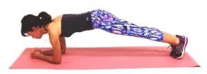 肩の真下に肘を置き、両手を組みます(肘は肩幅を目安にしてください)。両脇腹が伸びる位置に膝をつけて、お腹を常に腰に引き寄せた状態(ドローイング)をキープしてください