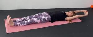 仰向けになり両手を頭の下で組みます。一度大きく伸びをして、身体のつまりを解消させましょう。そして、お腹から身体をゆらしながらかかとを押し出し、手のひらを押し上げて全身を伸ばします