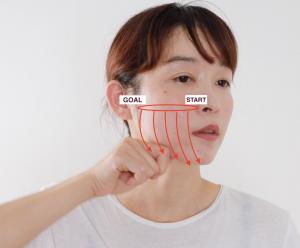 (2)と同じように人差し指を折り曲げ、頬骨下からフェイスラインに向かって人差し指をスライドさせます。スタートは小鼻脇側から始め、徐々にずれながら顔の外側までマッサージしましょう