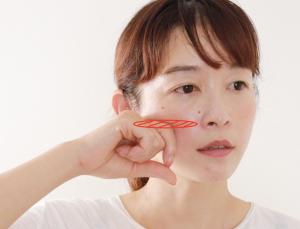 人差し指を折り曲げ、第1関節から第2関節を顎関節(耳の穴のすぐ前にある、口をパクパクすると動く部分)にあてます。そこから人差し指を左右に細かく動かし、圧を加えながら、頬骨下を通って小鼻の脇まで位置をずらしていきます