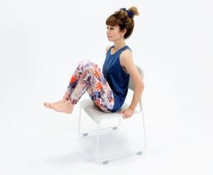 息を吸いながら両脚を胸に近づけます(片脚でもOK)。この時、上半身の姿勢が変わらないように注意してください