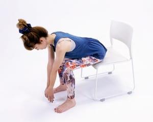 イスに腰かけます。上腰が丸まらないように脚の付け根(股関節)から上体を倒し、両手も床方向に伸ばします