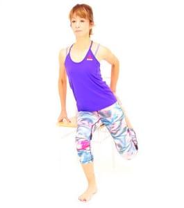さらに、左膝頭が床に向くように、左の肩から左膝までまっすぐ縦に伸びるイメージで骨盤を正面に向けます。その状態で10呼吸ほどキープしましょう。ゆっくり脚を解き、反対側も同様に動作を繰り返してください