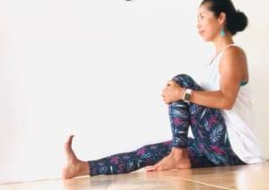 座ったまま、足の裏で空気を押すように片足を伸ばします。もう片方の膝は曲げて、両手で曲げている膝を抱え背筋を伸ばしましょう